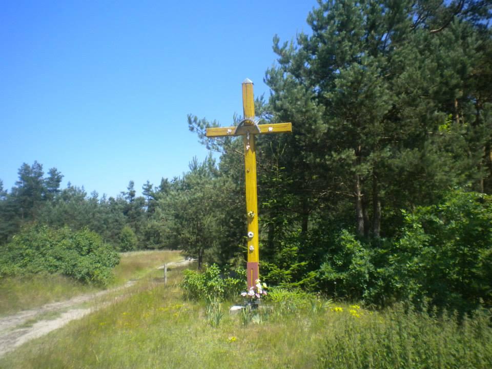 Krzyż na końcu wsi Grabownica droga w lewo wiedzie przez las do Eustachowa