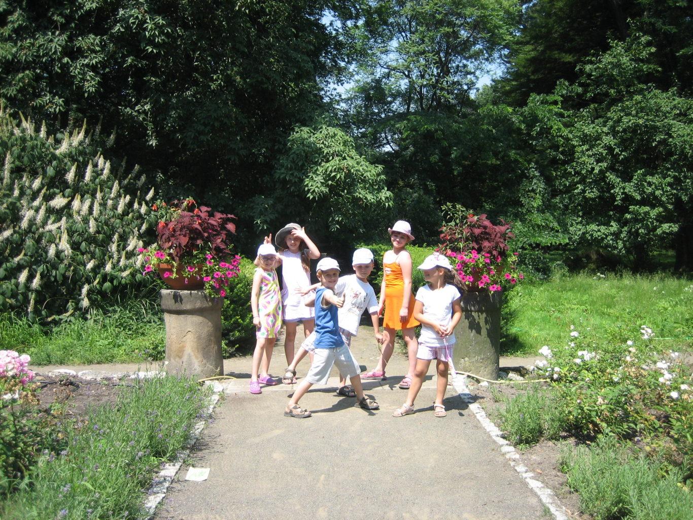 Półkolonie w Pracowni Artystycznej 'Mali Twórcy' - dzieci w ogrodzie botanicznym