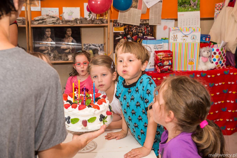 Urodziny dla dzieci - dmuchanie tortu